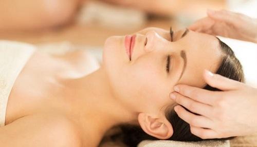 Mát xa đầu là cách thức rất tốt giúp cải thiện lưu thông máu và thư giãn